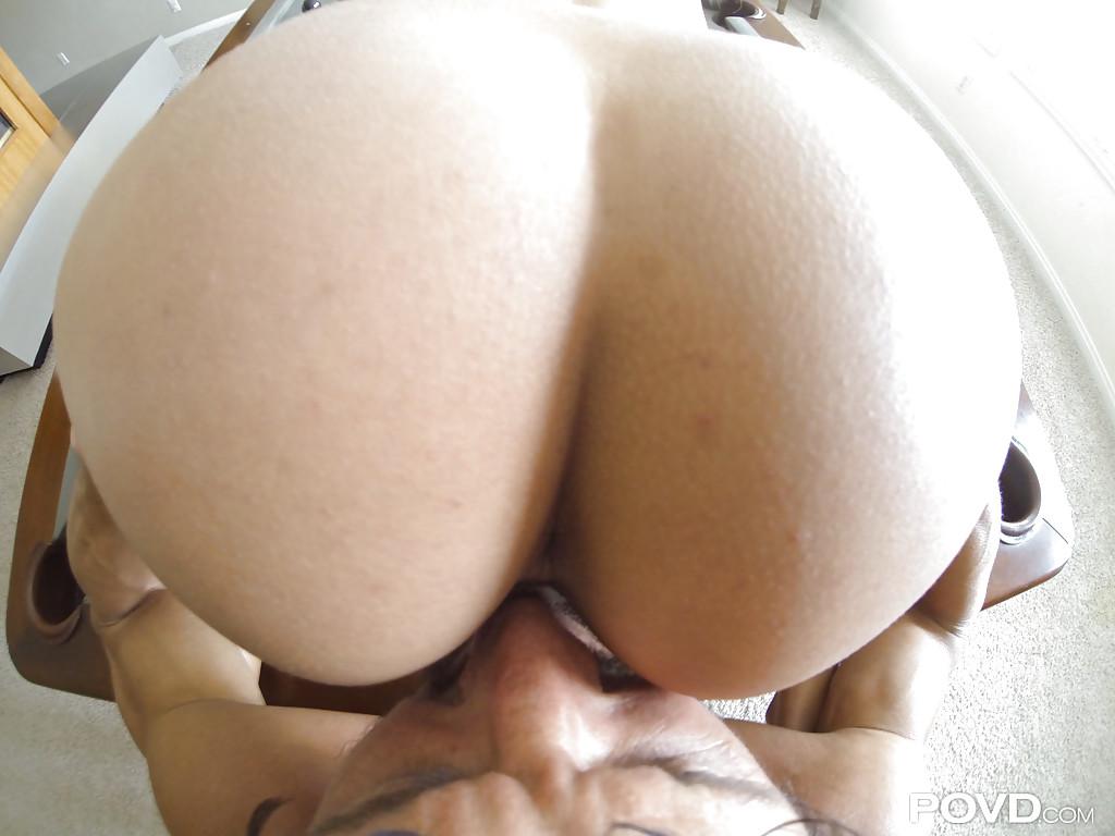 Загорелая брюнетка скачет на члене своего друга, лежащего на кровати секс фото и порно фото