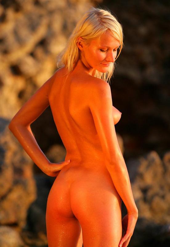 Светловолосая туристка плескается голышом в воде секс фото и порно фото