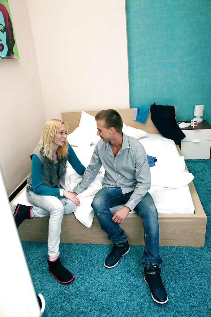 Молодая блондинка трахается раком на своей кроватке секс фото и порно фото