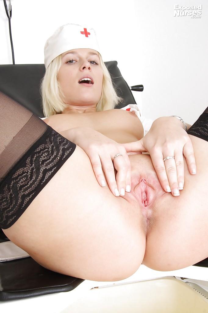 Роскошная блондинка в форме медсестры дрочит киску расширителем секс фото и порно фото