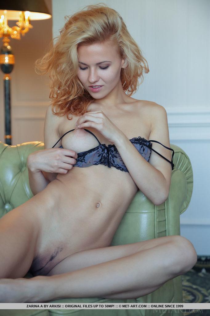 Молодая блондинка позирует обнаженной на диване секс фото и порно фото