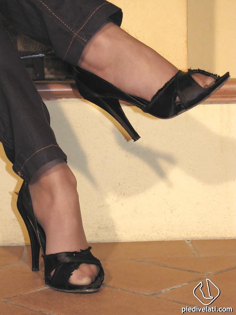 Блондинка демонстрирует ножки, сидя на полу своей комнаты секс фото и порно фото