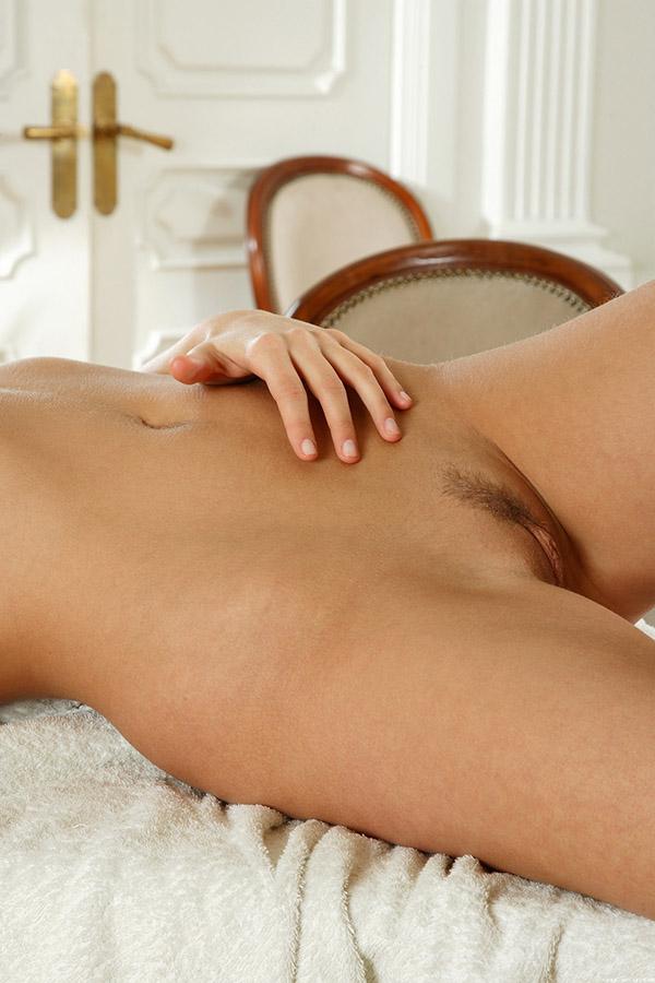 Голубоглазая брюнетка снимает белый халат, обнажив сексуальную грудь секс фото и порно фото