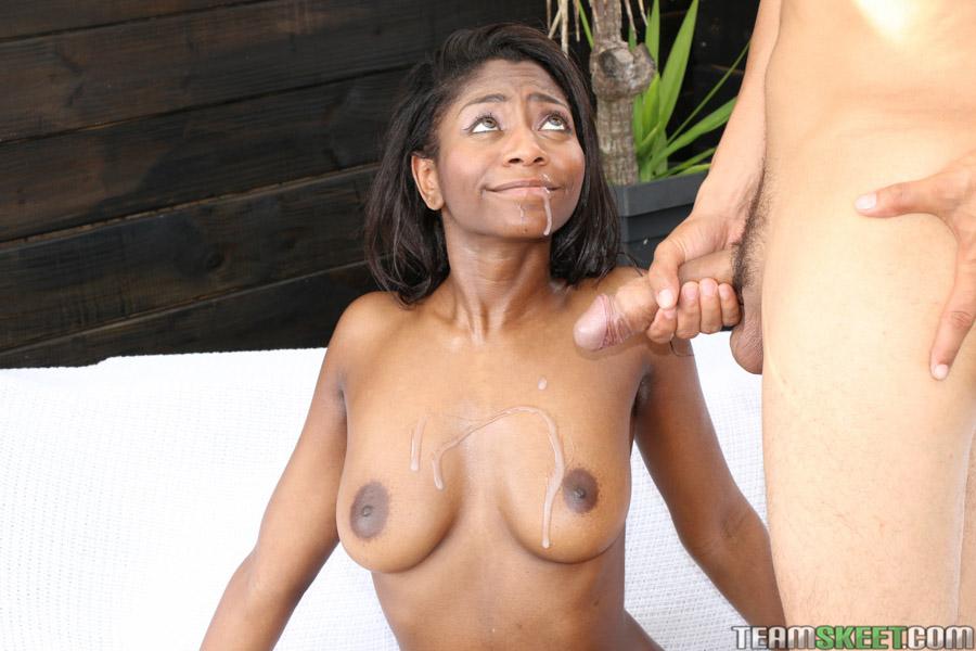Белый парень трахает чернокожую девушку в бритую киску во дворе секс фото и порно фото