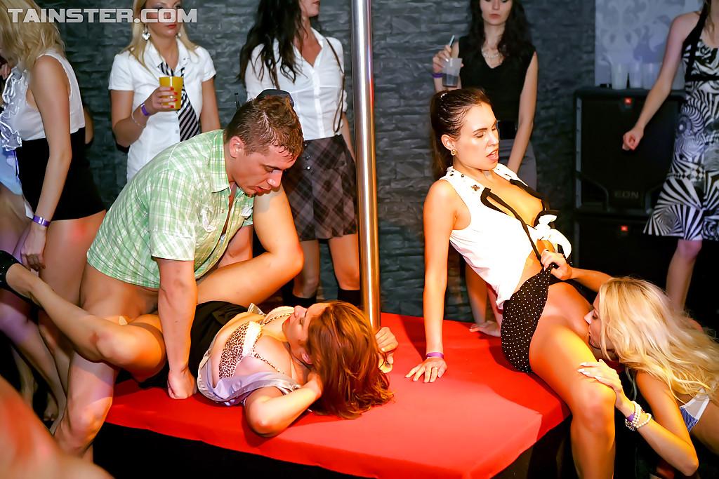 Групповая оргия у шеста в ночном клубе секс фото и порно фото