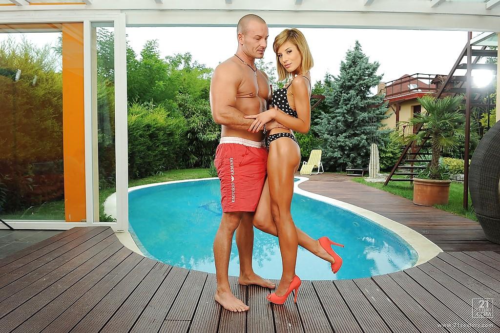 Тощая россиянка в туфлях отсосала член дружка у бассейна секс фото и порно фото