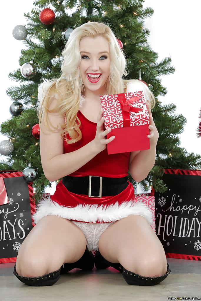 Блондинка позирует в рождественских нарядах секс фото и порно фото