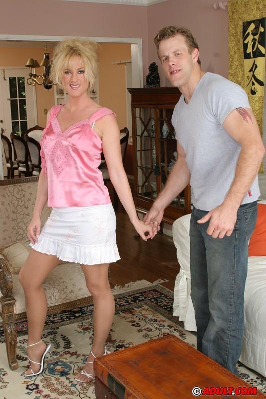 Похотливая дама с классными сиськами удовлетворяет двух мужиков секс фото и порно фото