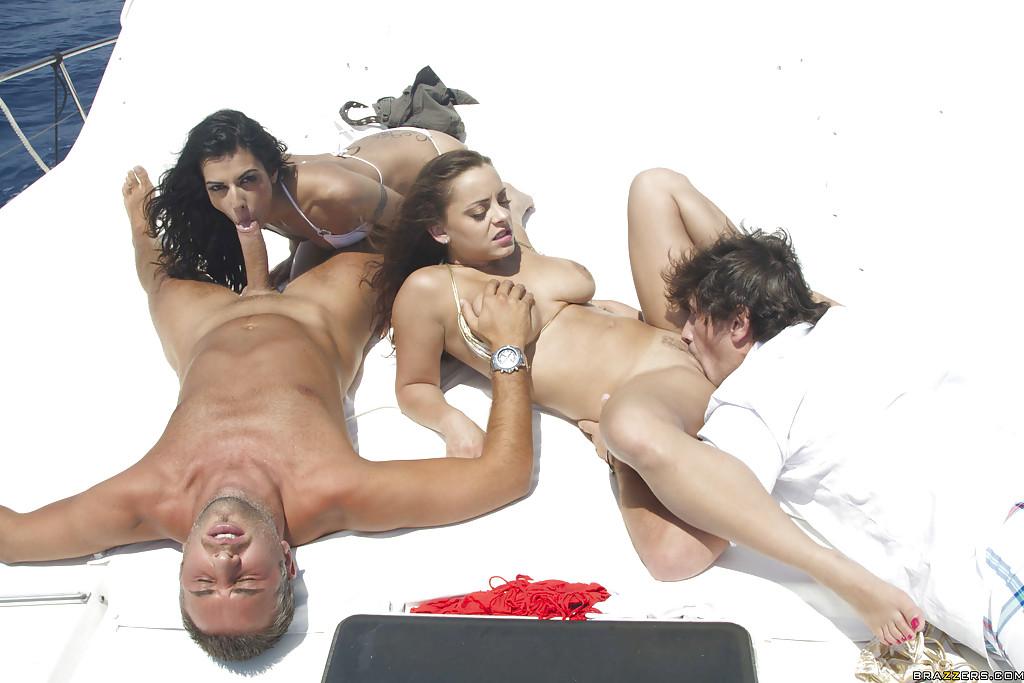 Красотки наслаждаются анальным сексом с двойным проникновением на яхте секс фото и порно фото