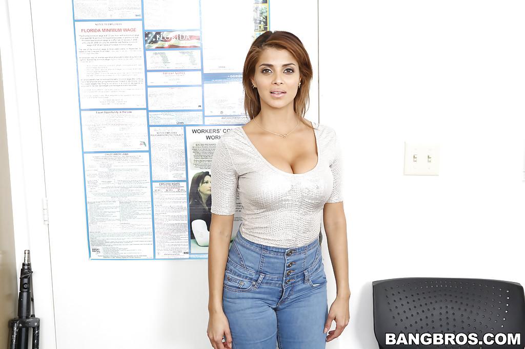 Латинка показывает свою шикарную задницу и сиськи секс фото и порно фото