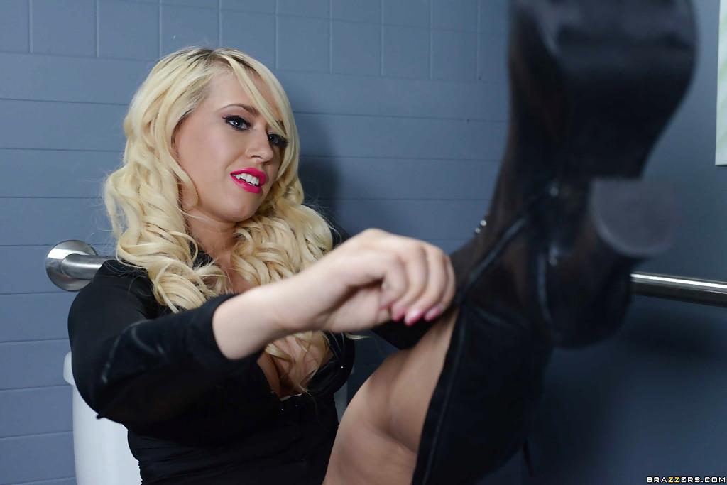 Блондинка с большими сиськами позирует в очках секс фото и порно фото