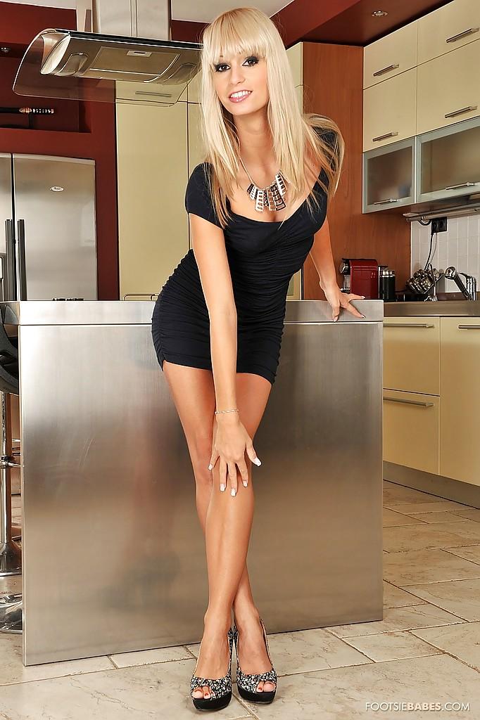 Длинноногая блондинка на высоких каблуках раздевается и мастурбирует на кухне секс фото и порно фото