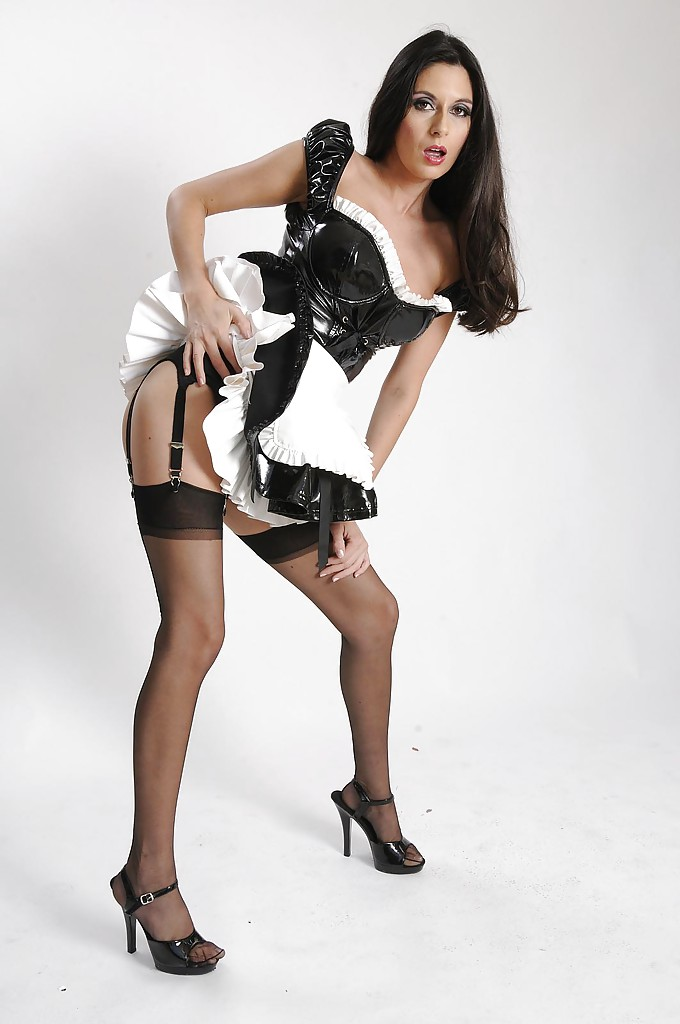 Горничная  снимает униформу и нижнее белье секс фото и порно фото