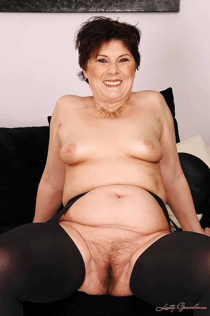 Жирная бабка в колготках раздвигает волосатую киску на диване секс фото и порно фото