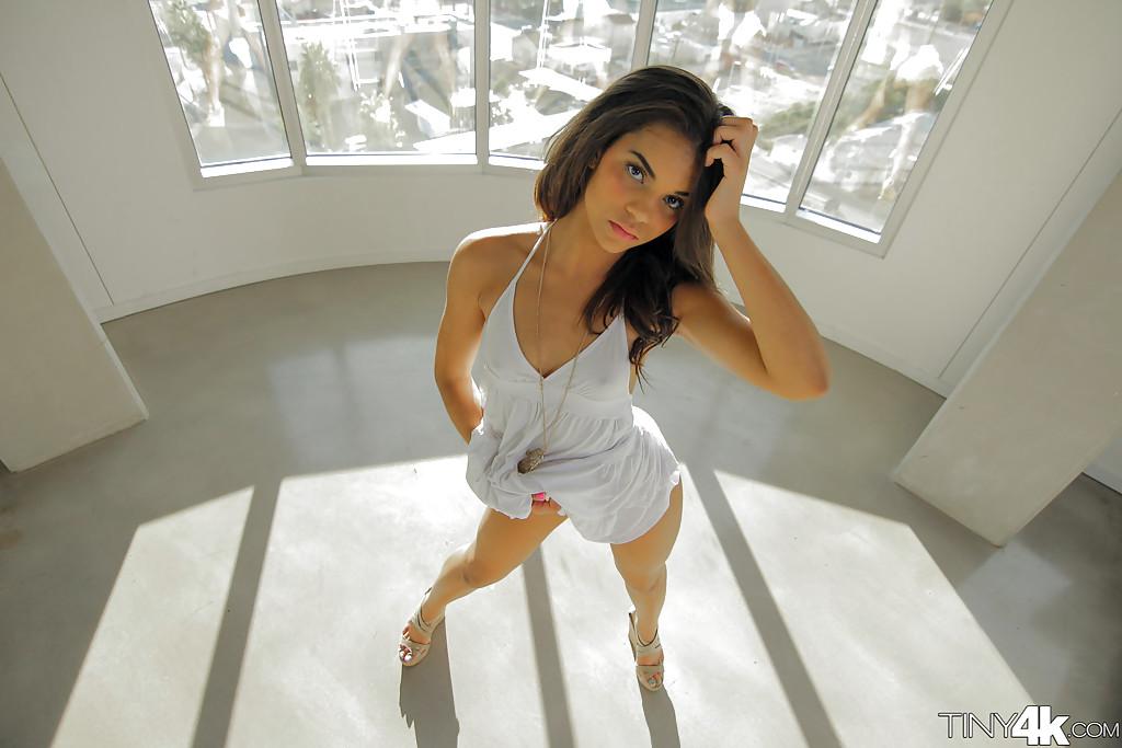 Красивая девушка задрала юбку и показала большую попку в трусиках секс фото и порно фото