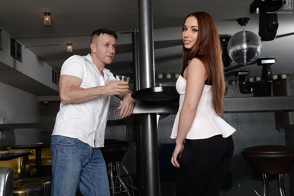 Мужик трахнул загорелую телку у барной стойки секс фото и порно фото