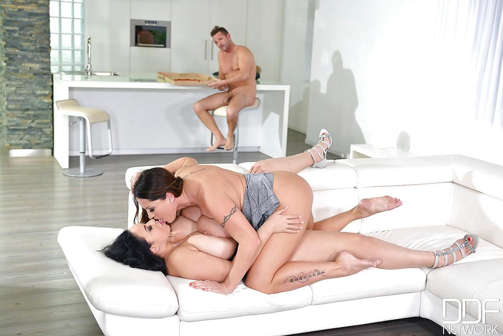Парень отымел двух толстушек с огромными дойками во все дырки секс фото и порно фото