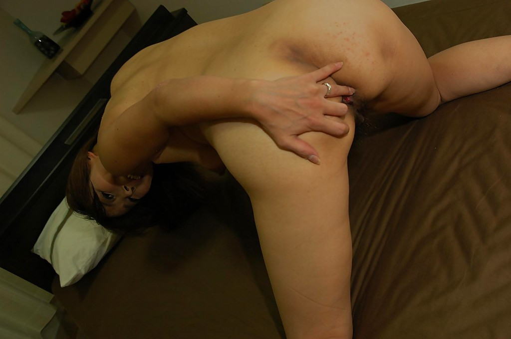 Зрелая азиатка раздевается и позирует голая на кровати секс фото и порно фото