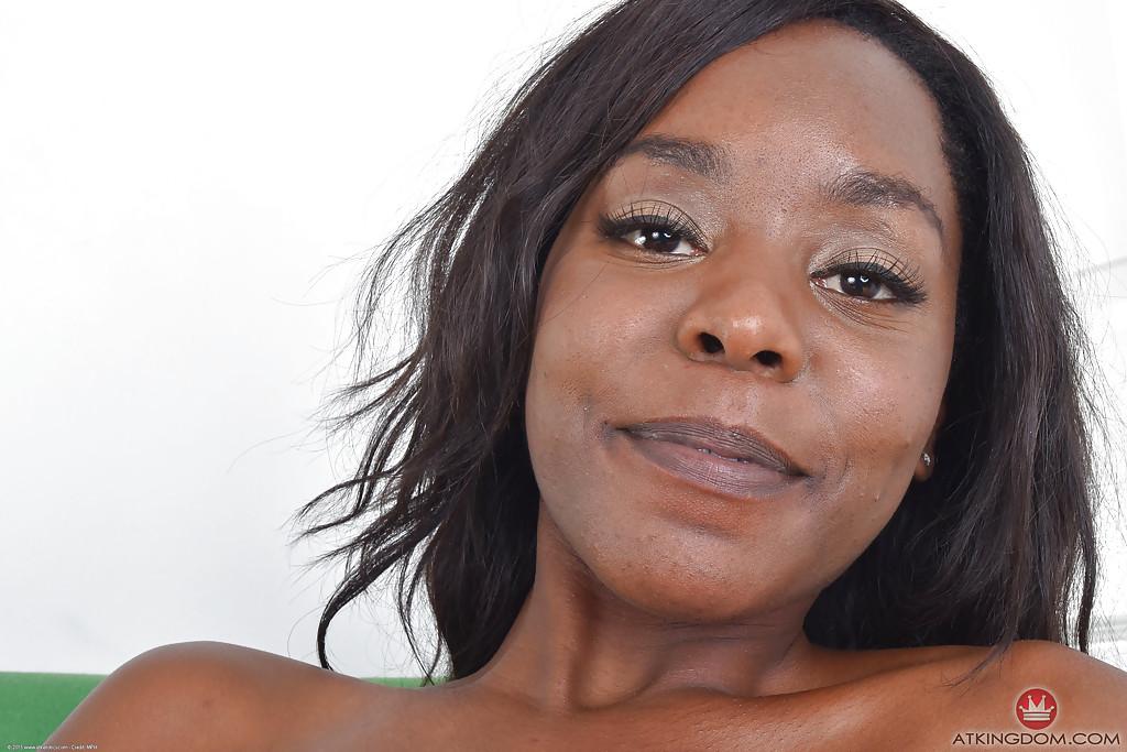 Черная женщина мастурбирует бритую киску стальным самотыком секс фото и порно фото