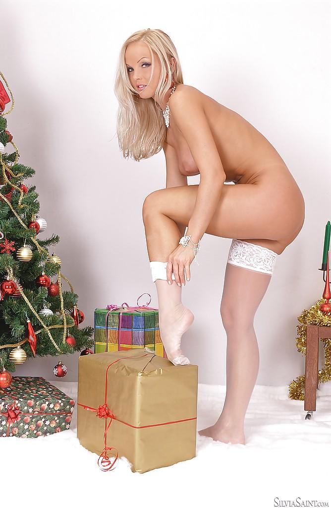 Очаровательная блондинка раздевается под елкой секс фото и порно фото
