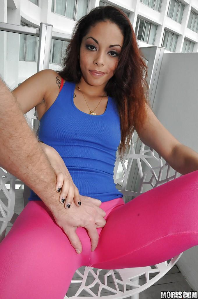 Латинка в розовых леггинсах хвастается упругой попкой секс фото и порно фото