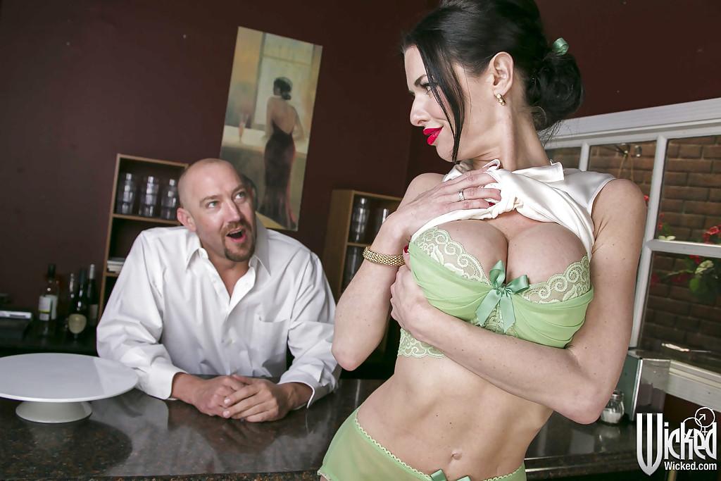 Грудастая краля соблазнила бармена и трахнулась с ним секс фото и порно фото