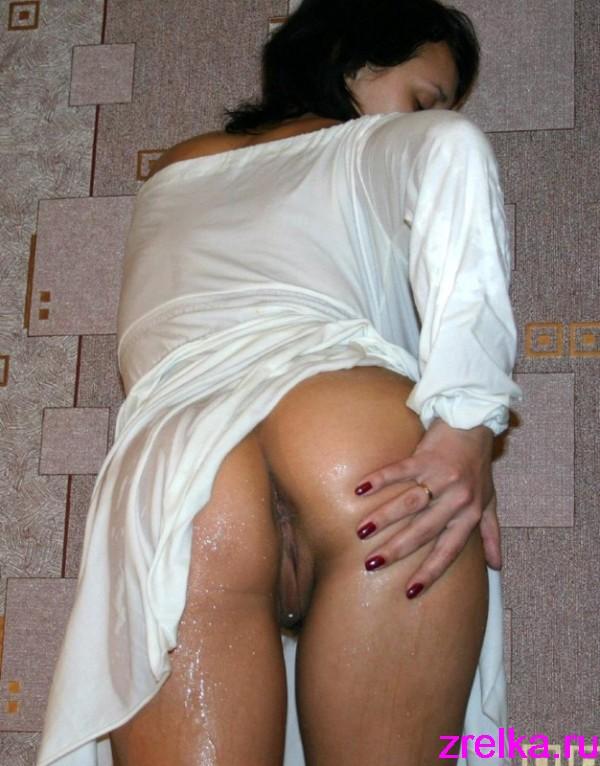 Зрелая брюнетка с большой попой оголяется дома и на улице секс фото и порно фото