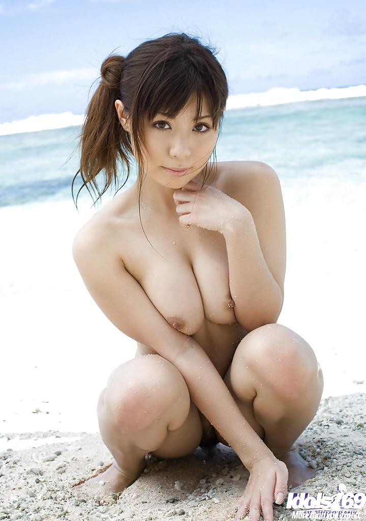 Красивая азиатка сняла купальник на море и показала сочное тело секс фото и порно фото