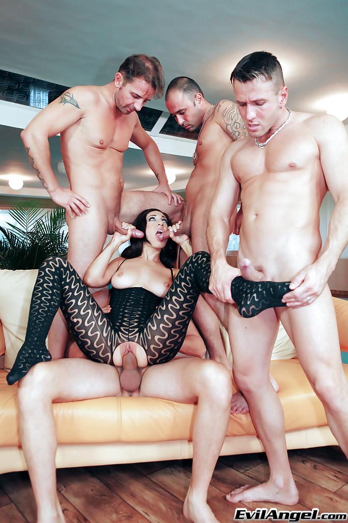Четыре мужика поимели рот брюнетки толстыми членами секс фото и порно фото