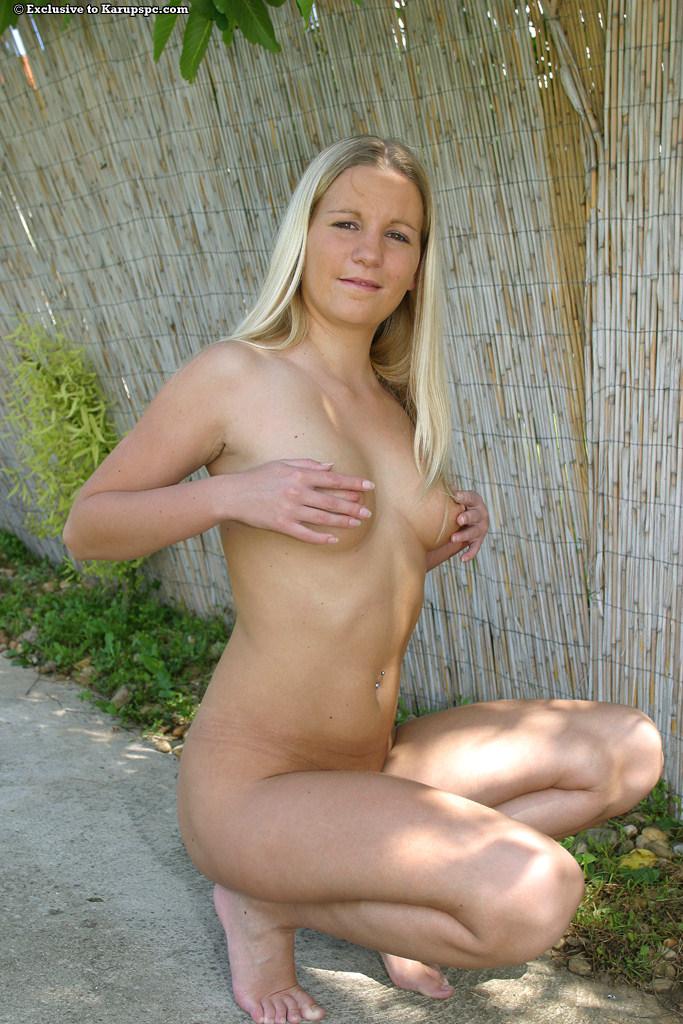 Деревенская блондинка бесстыдно разделась на улице секс фото и порно фото