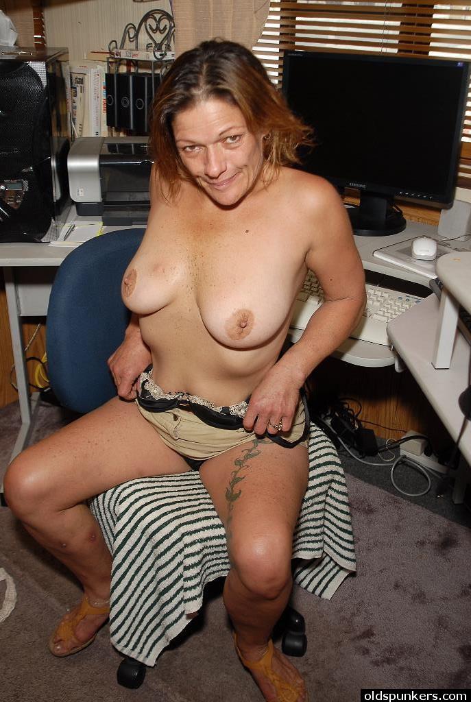 Краля за 40 лижет свои соски и проветривает старую киску секс фото и порно фото