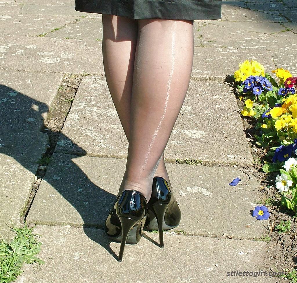 Фигуристая фифа позирует в черном платье на улице секс фото и порно фото