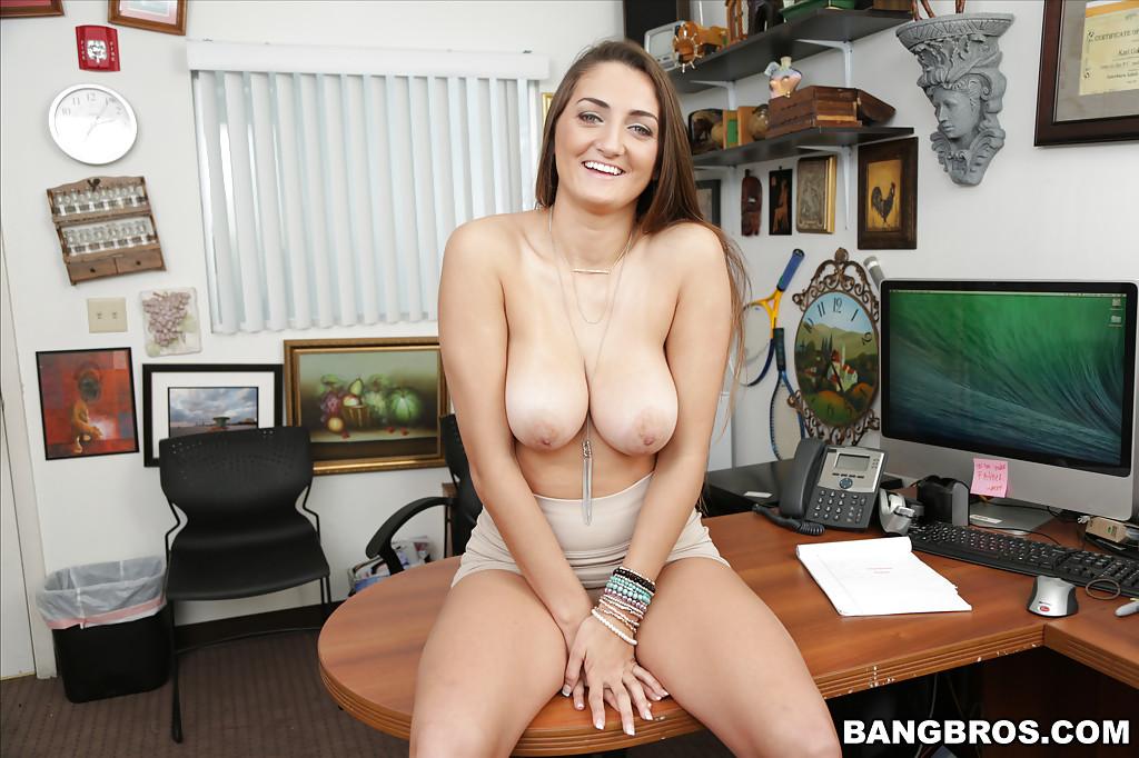 Секретарша оголила свои сиськи в офисе секс фото и порно фото