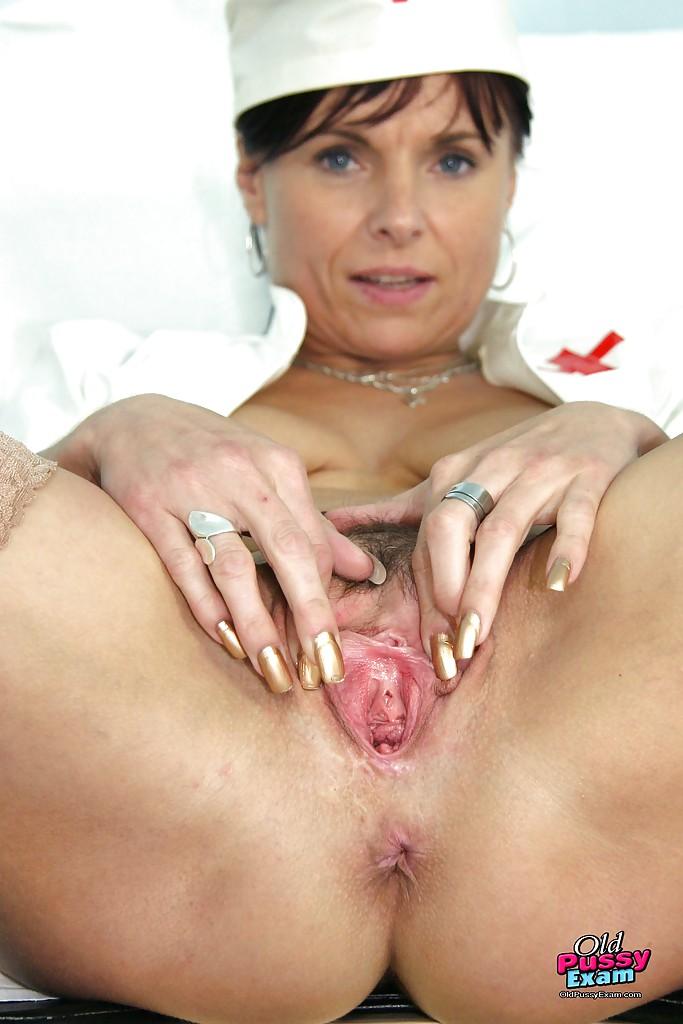 Зрелая медсестра  растягивает пизду пальцами и расширителем секс фото и порно фото