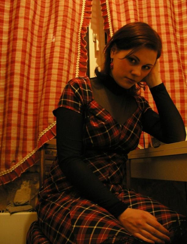 Девушка с большой жопой позирует на камеру дома секс фото и порно фото
