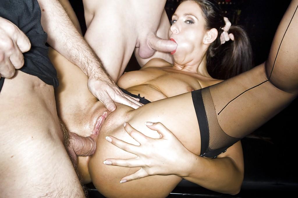 Милфа с большой жопой наслаждается двойным анальным проникновением секс фото и порно фото