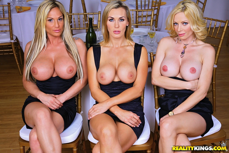 Похотливые милфы показывают большие сиськи в ресторане секс фото и порно фото