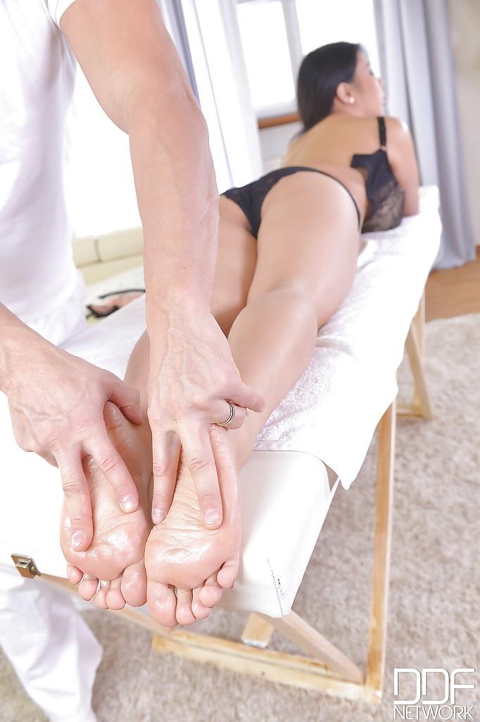 Азиатка с огромными сиськами дрочит массажисту ногами секс фото и порно фото