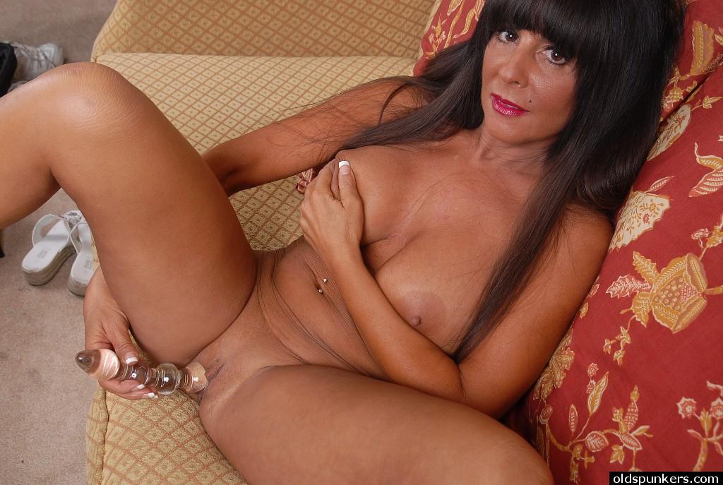 Грудастая брюнетка за 40 дрочит стеклянным самотыком секс фото и порно фото
