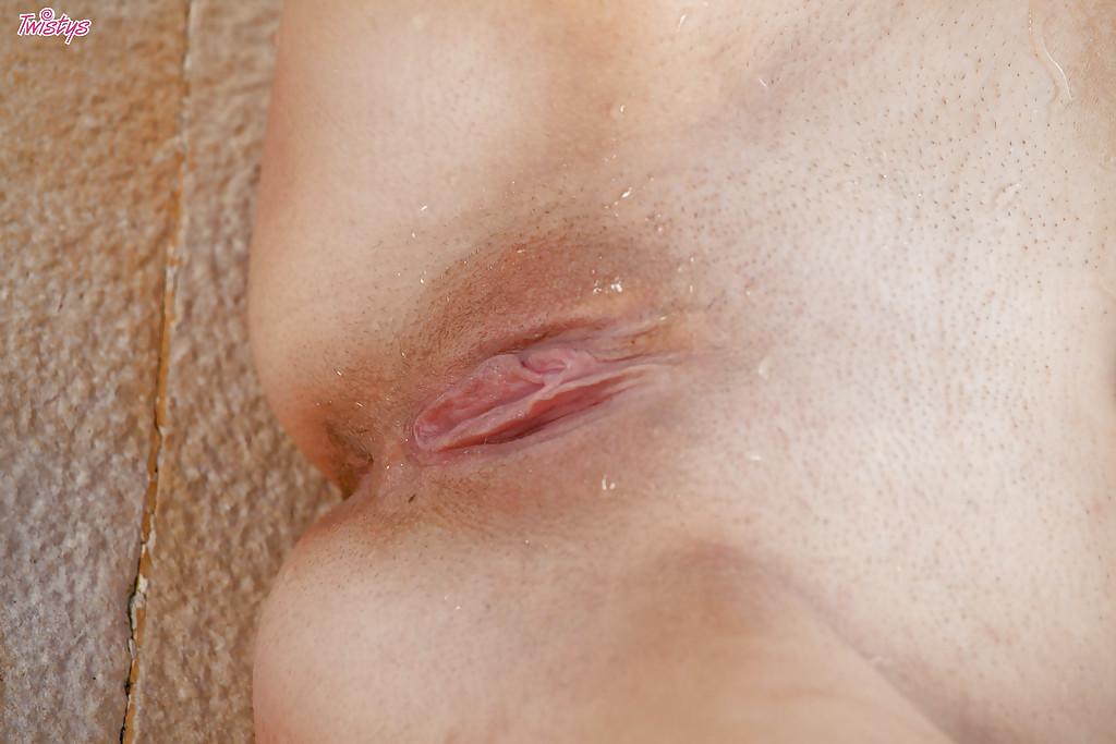 Стройная красотка соблазнительно снимает купальник в бассейне секс фото и порно фото