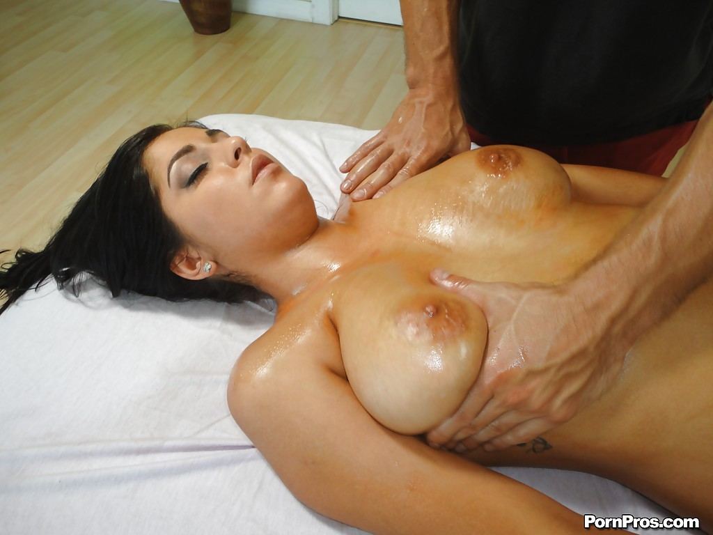 Красотка с огромными дойками наслаждается твердым стволом после массажа секс фото и порно фото