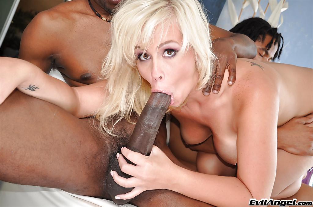 Опытная сосалка глубоко заглатывает два длинных члена негров секс фото и порно фото