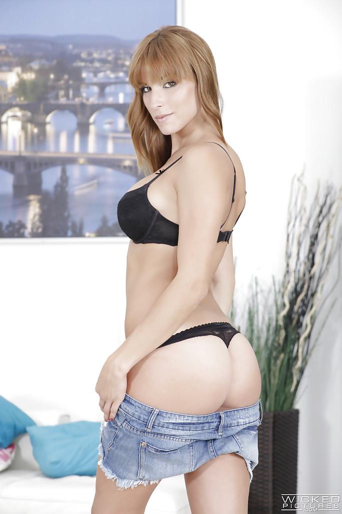 Длинноногая красотка оголила смачную задницу и упругие сиськи секс фото и порно фото