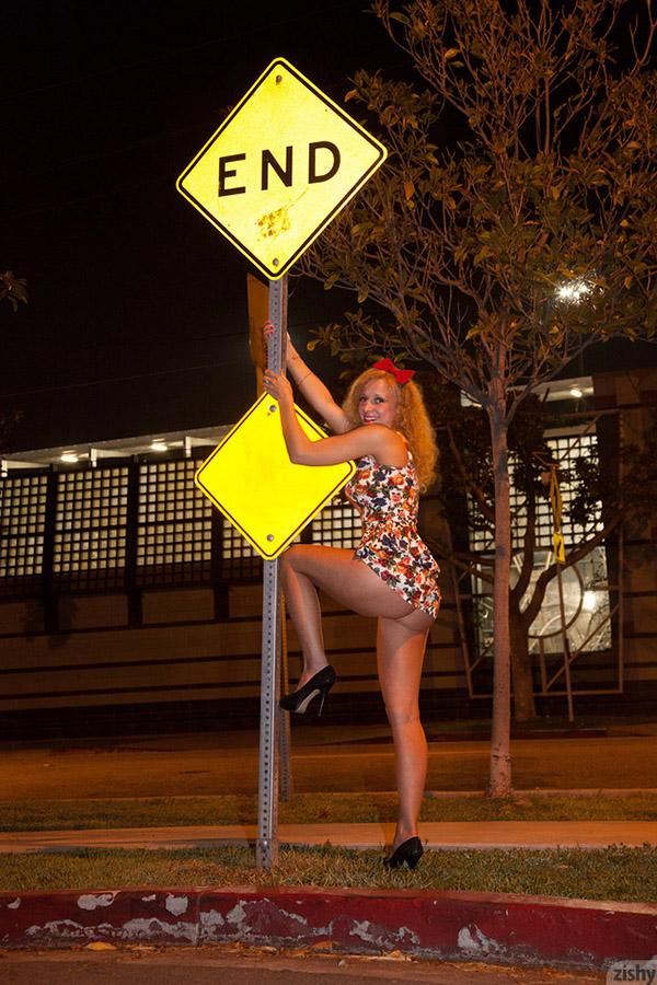 Стройная сучка оголяет свои булки в общественных местах секс фото и порно фото