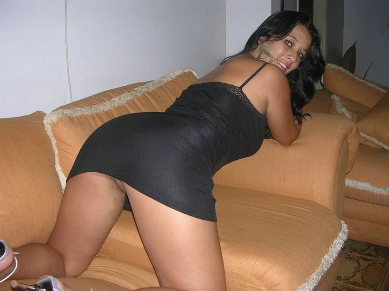 Жопастая тёлочка хвастается  загорелыми формами секс фото и порно фото