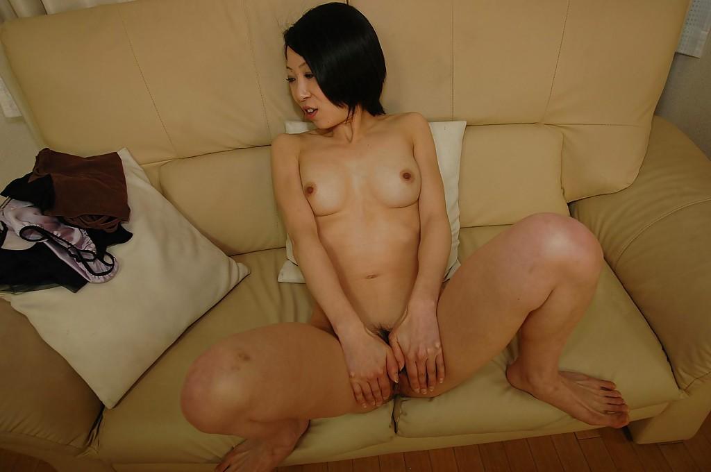 Азиатская тётка мастурбирует на диване секс фото и порно фото