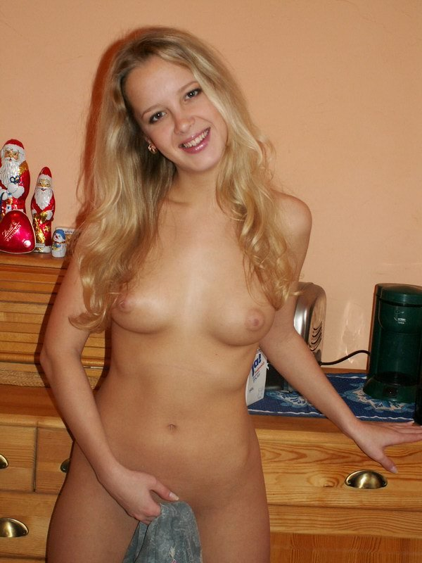 18-летняя красотка эротично раздевается на кухне секс фото и порно фото