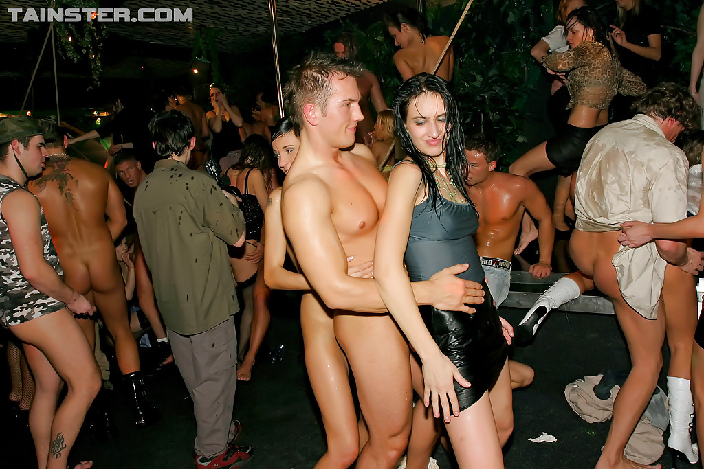 Групповая ебля на секс-вечеринке в стрип клубе секс фото и порно фото