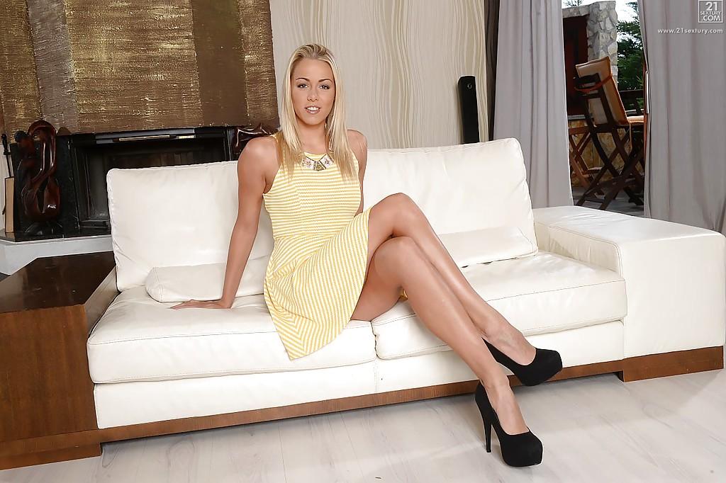 Длинноногая блондинка снимает трусики и хвастается своей задницей секс фото и порно фото