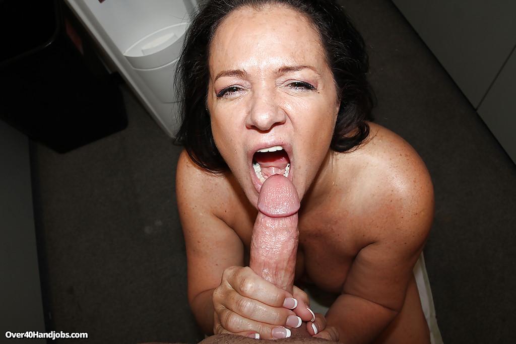 Мамочка дрочит твердый ствол руками и большими сиськами секс фото и порно фото